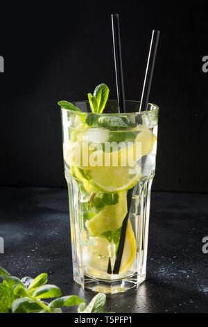 Mojito cocktail ou la limonade avec de la chaux et de menthe dans grand verre sur table noire. Close up. Rafraîchissement d'été.