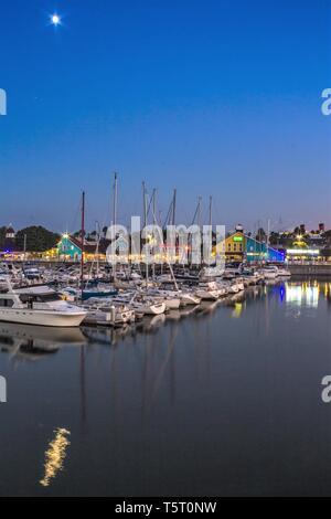 Clair de lune sur un rivage Village Harbour à Long Beach, Californie Banque D'Images