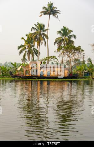 Vue verticale d'un riceboat traditionnel au Kerala, en Inde. Banque D'Images