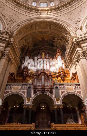 À l'orgue à tuyaux et historiques décorées Berliner Dom (Cathédrale de Berlin) à Berlin, Allemagne. Banque D'Images