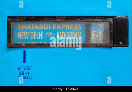 Sur le signe de la destination première classe d'un train de chemin de fer indienne de New Delhi à Kathgodam Uttarakhand en Inde du Nord Banque D'Images
