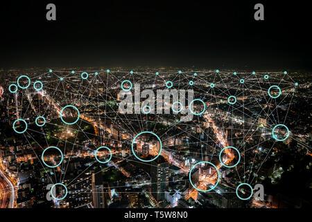 Connexion réseau avec neon light circle et vide à l'intérieur pour les logos d'entreprise ou de l'icône., dans un immeuble historique dans la nuit. Banque D'Images