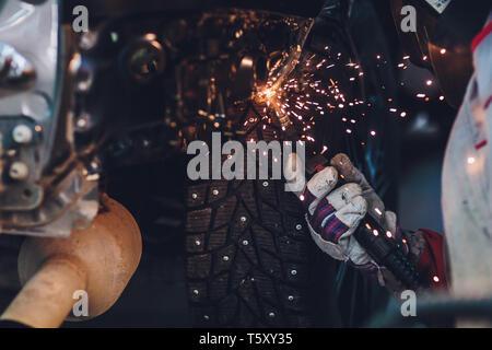 Réparateur professionnel travailleur dans l'industrie automobile voiture avec corps en métal de soudure d'étincelles. Banque D'Images