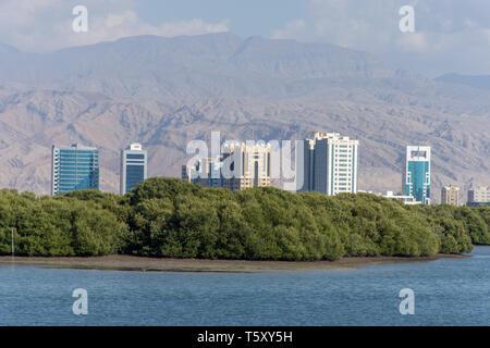 Appartements à louer à Ras al Khaimah, Émirats arabes unis sur la Corniche en face de la montagne sur une belle journée d'hiver ensoleillée. Banque D'Images