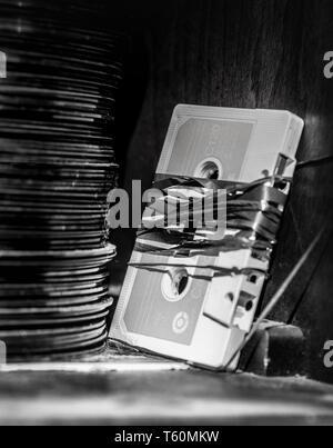 Pile de 45 tours et une cassette endommagée. Banque D'Images
