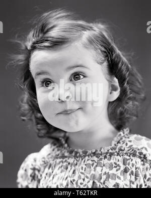 Années 1930 Années 1940 aux grands yeux lumineux PORTRAIT FUNNY CUTE LITTLE GIRL LOOKING AT CAMERA SURPRIS surpris l'EXPRESSION DU VISAGE DE L'émerveillement - j2847 HAR001 HARS, STUDIO SHOT ACCUEIL COPIE ESPACE VIE EXPRESSIONS CONFIANCE ÉTONNÉ B&W CONTACT OCULAIRE BRUNETTE ÉTONNANT BONHEUR HUMOUR AWE TÊTE ET ÉPAULES LUMINEUX SPÉCIAL BOUCLES DE DÉCOUVERTE D'ALVÉOLES COMIQUE FASCINATION AMOUR curieux de grands yeux ébahis La croissance des juvéniles de l'expression faciale ADORABLE GROS YEUX NOIR ET BLANC DE L'ORIGINE ETHNIQUE CAUCASIENNE HAR001 old fashioned lèvres pincées Banque D'Images