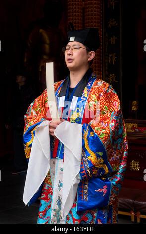 Prêtre taoïste priant au Temple de la ville dieux (ou Temple de la Cité des dieux), Jardins de Yuyuan, Vieille Ville, Shanghai, Chine Banque D'Images