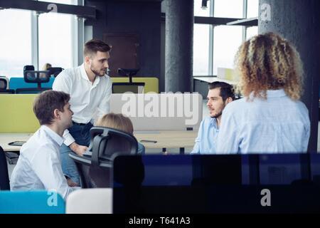Brainstorming. Groupe de jeunes gens modernes dans smart casual wear réunion dans le bureau de création.