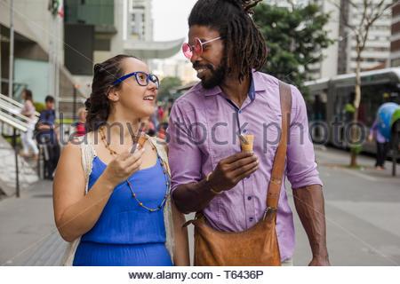 Couple multiethnique romantique dans les rues de crème glacée. Banque D'Images