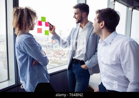 Groupe de jeunes entrepreneurs sont à la recherche d'une solution d'affaires au cours de processus de travail à l'office.Business concept