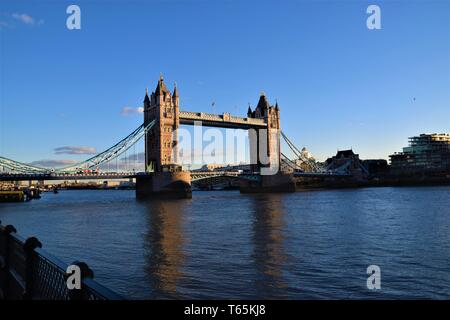 Tower Bridge Londres avec ciel bleu clair