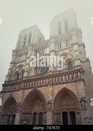 La cathédrale Notre Dame de Paris façade dans un matin brumeux. Superbe architecture gothique. Banque D'Images
