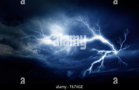Foudre sur le sombre ciel nuageux. Banque D'Images