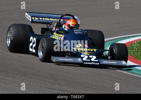 Imola, 27 avril 2019 Historique 1976: F1 Ensign ex Ronnie Kessel entraîné par Alex Caffi Minardi en action lors d'une journée historique en 2019 Circuit d'Imola Banque D'Images