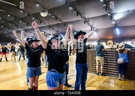 """Indio, Californie - le 27 avril 2019, le comté de miel libéré """"pays fort"""" la chanson officielle de Stagecoach 2019."""