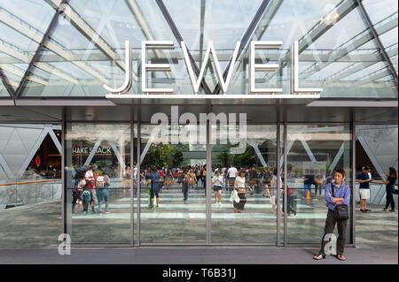 28.04.2019, Singapour, République de Singapour, en Asie - Un homme est en attente à l'entrée de la nouvelle borne de bijoux à l'aéroport de Changi. Banque D'Images