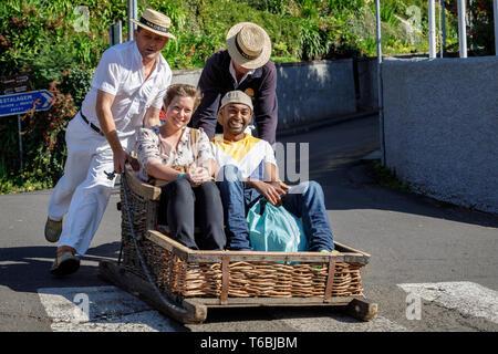 Les touristes de prendre un toboggan ride à Monte, Funchal, Madère Banque D'Images