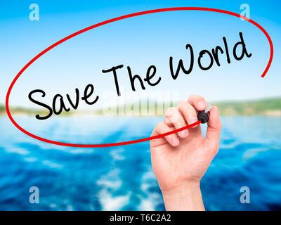 Man main écrit sauver le monde avec marqueur noir sur l'écran visuel. Banque D'Images