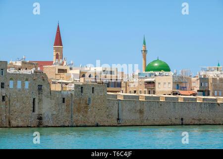 Israël, quartier Nord, Galilée, Acre (Akko). La mosquée Al-Jazzar et bâtiments dans la vieille ville d'Akko harbor. Banque D'Images