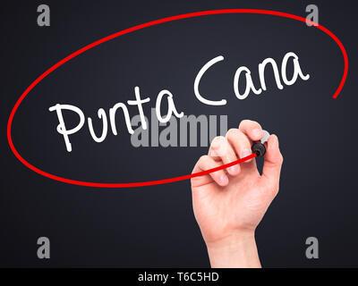 Man main écrit Punta Cana avec marqueur noir sur l'écran visuel Banque D'Images