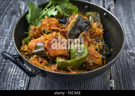 Indian Curry de légumes et pommes de terre douces avec l'Aubergine comme close-up dans un Korai Banque D'Images