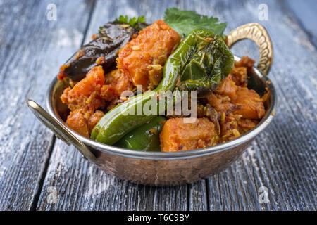 Indian Curry de légumes et pommes de terre douces avec l'Aubergine comme close-up dans un Kadai Banque D'Images