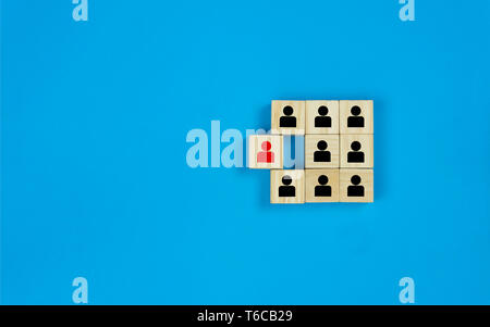 Leadership et penser différent. Homme rouge sur l'icône bloc en bois séparés de l'icône de l'homme noir appartiennent ensemble en tant que groupe. Dep Banque D'Images