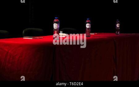 Deux bouteilles d'eau sur une table rouge Banque D'Images