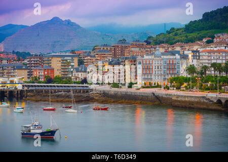 L'Espagne, Cantabria, Castro-Urdiales, vue de la ville et le port.
