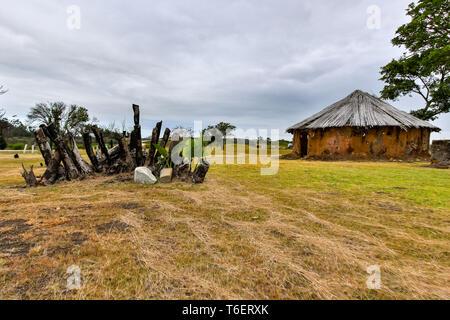 Hut Maison avec écorce brûlée à sec avec de nouvelles feuilles Banque D'Images