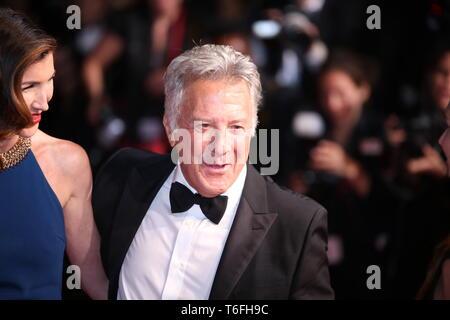"""CANNES, FRANCE - 21 MAI 2017: Dustin Hoffman et sa femme Lisa Gottsegen assister à """"l'examen préalable des histoires Meyerowitz à Cannes (Photo: Mickael Chavet) Banque D'Images"""