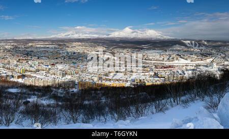 Paysage panoramique d'hiver les bâtiments résidentiels de la ville de Petropavlovsk-kamtchatski, décor volcans du Kamtchatka Banque D'Images
