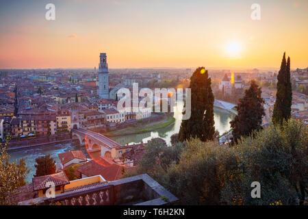 Vérone, Italie. Cityscape image de Vérone, Italie pendant le coucher du soleil. Banque D'Images