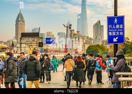 SHANGHAI, CHINE, du 13 décembre 2018 - Urban street - scène de jour à Pudong District dans la ville de Shanghai, Chine Banque D'Images