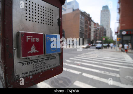 Brooklyn, New York, USA: 14 juillet 2014: Close up photo d'un incendie et d'appel d'urgence Police fort avec quelques bâtiments à l'arrière-plan situé à Banque D'Images