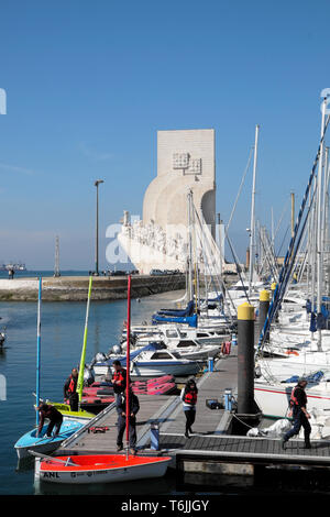 Marcher sur les écoliers Doca de Belem marina & vue sur Monument des Découvertes du Nouveau Monde Lisboa Lisbonne Portugal Europe UE KATHY DEWITT Banque D'Images