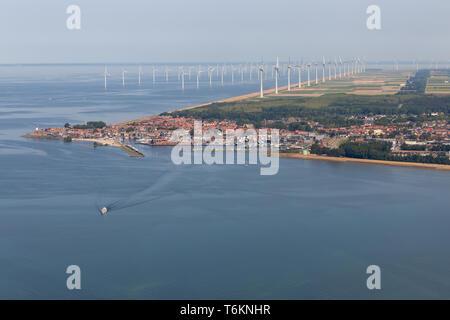 Vue aérienne Dutch village de pêche avec la côte le long de parc éolien offshore Banque D'Images