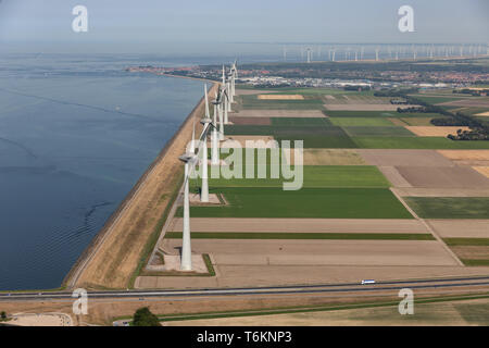 Vue aérienne du paysage agricole néerlandais aux éoliennes le long de la côte Banque D'Images