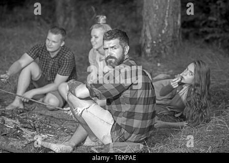 Hipster avec barbe, vous détendre avec des amis dans la forêt. Homme barbu en chemise à carreaux sur la nature. Profitez de camping touristique. Concept de vacances d'été. Camping Banque D'Images