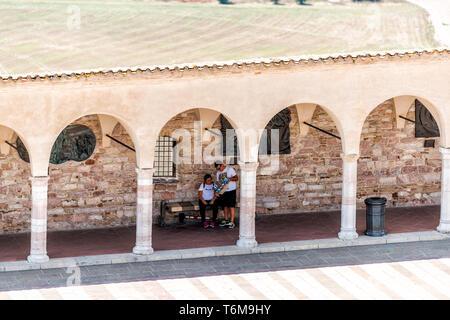 Assisi, Italie - 29 août 2018: Ville ou village ville en Ombrie avec arches de l'église chemin high angle view vers le bas pendant la journée d'été ensoleillée Banque D'Images