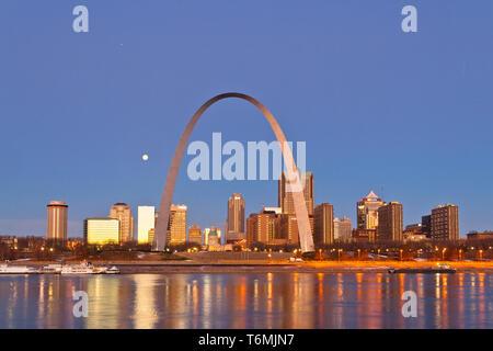 Les longues nuits de pleine lune, Jupiter, et la Gateway Arch soulignent l'ouest vue sur la rivière Mississippi avant l'aube du 18 décembre 2013. Banque D'Images