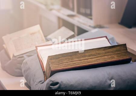 Grands livres anciens sur l'affichage du musée Banque D'Images