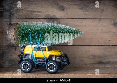 Arbre de Noël sur une petite voiture jaune