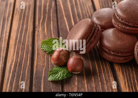 Délicieux macarons au chocolat sur fond de bois Banque D'Images