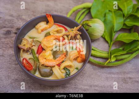 Thai Food chicken curry vert foncé sur fond de bois. Vue de dessus Banque D'Images