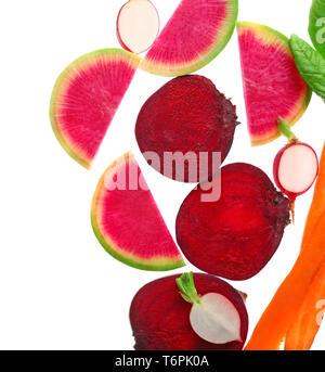 Légumes frais mûrs sur fond blanc, vue du dessus Banque D'Images