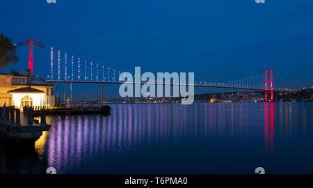 Istanbul Bosphorus Bridge (Bain Turc;15 Temmuz Şehitler Köprüsü) vue de Beylerbeyi. Istanbul, Turquie Banque D'Images