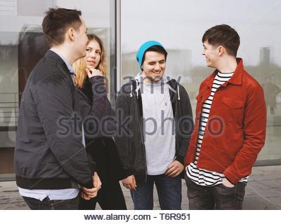 Groupe d'amis adolescents parler rire et s'amuser ensemble Banque D'Images