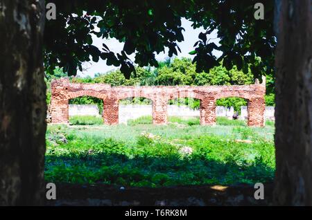 Ruines coloniales, vestiges de bâtiments en briques qui forment des arches répétées dans l'Ozama Fort de Santo Domingo, République Dominicaine Banque D'Images