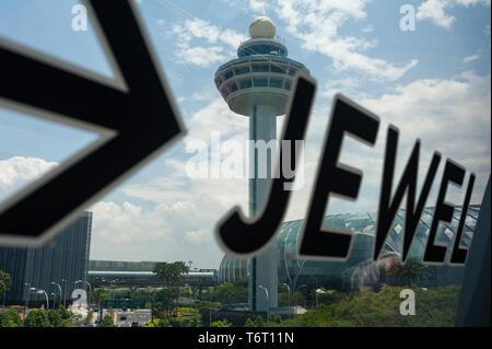 18.04.2019, Singapour, République de Singapour, en Asie - Vue sur le nouveau joyau terminal avec la tour de contrôle de l'aéroport international de Changi. Banque D'Images